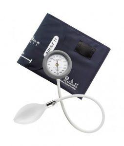 Imagem com fundo branco e ao centro aparelho de aferição de pressão, analógico