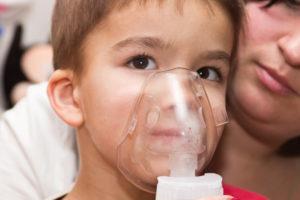 criança usando nebulizador