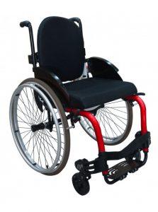 Imagem com fundo branco e ao centro cadeira de roda