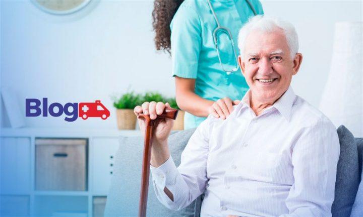 Banner com homem idoso sentado segurando bengala e enfermeira atrás com a mão no ombro dele
