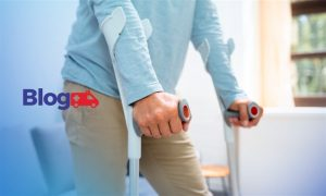 Banner com pessoa utilizando muleta