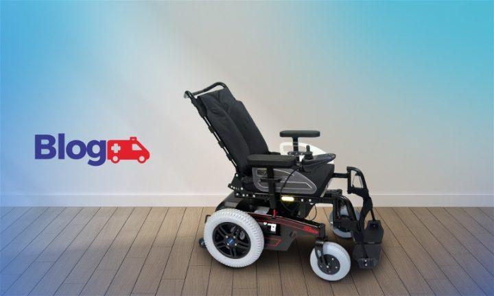 Cadeira de rodas motorizada e ao lado o logo do blog Casa Médica