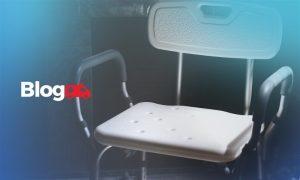 Banner com a imagem de uma cadeira específica para banho e ao lado o logotipo do blog Casa Médica