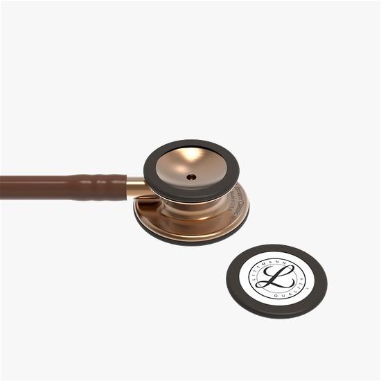 Imagem com fundo branco e ao centro imagem de cabeça de estetoscópio com tampinha do auscultador mostrando a marca Littmann