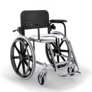 Imagem com fundo branco e ao centro cadeira de banho com rodas reclinável