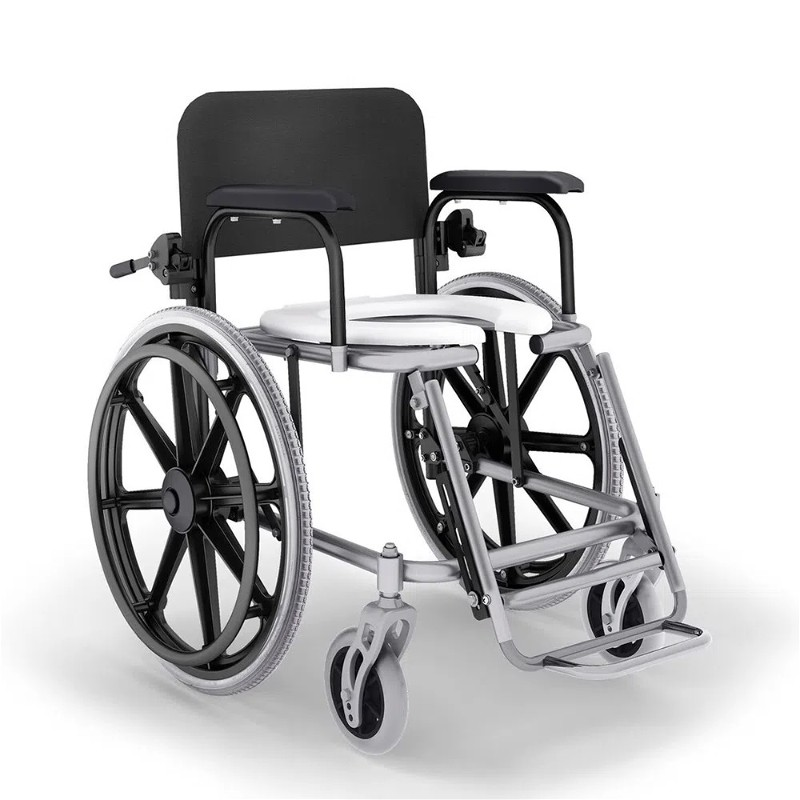 Imagem com fundo branco e ao centro cadeira de banho reclinável com rodas