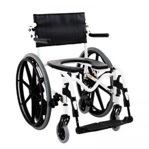 Imagem com fundo branco e ao centro cadeira de banho de rodas, dobrável