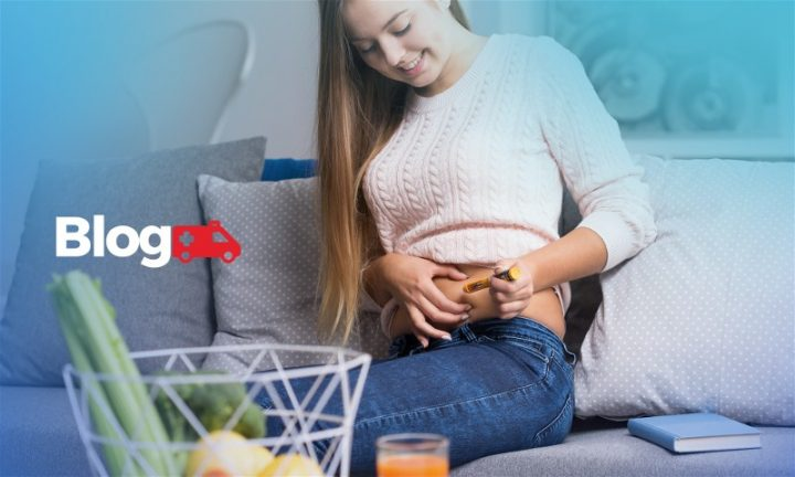 Mulher aplicando insulina na barriga
