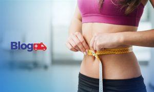 Mulher medindo circunferência de abdômen com fita métrica