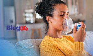 Mulher sentada segurando sobre rosto máscara de oxigênio