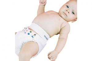 Neném recém nascido de fralda utilizando cinta umbilical